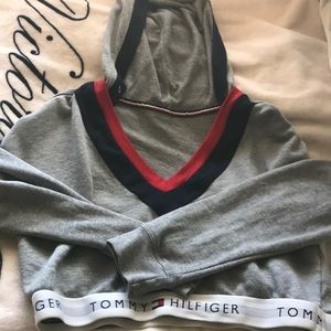 CROPPED TOMMY HOODIE
